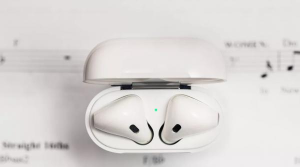 AirPods新专利:左右耳塞可互换 内置生物识别传感器进行健康追踪