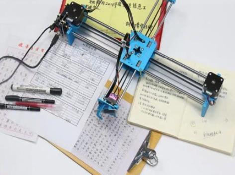 初三女生用写字机器人刷作业 写太快被识破
