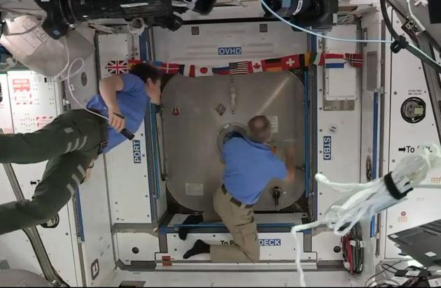 商用载人第一步,SpaceX飞船与国际空间站成功对接!