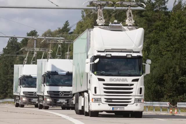 """西门子公司研发最新电动汽车充电装置 可在行驶中""""同步充电"""""""