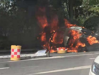 南京一网约车起火一死一伤,系乘客带锂电池组爆炸所致