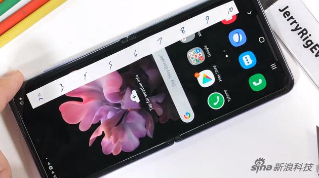 暴力测试三星Galaxy Z Flip 柔性玻璃屏并不算结实