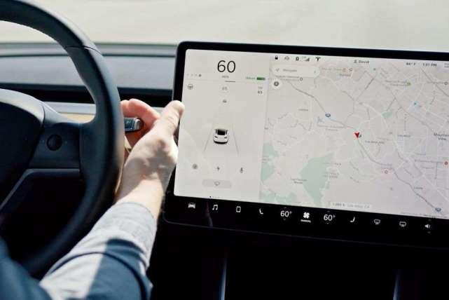 特斯拉展示Autopilot自动识别交通信号灯功能