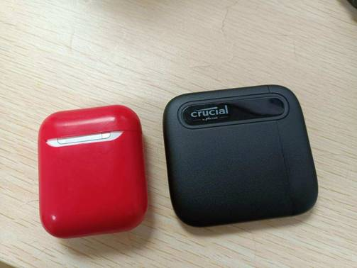 Crucial英睿达X6与苹果AirPod对比大小